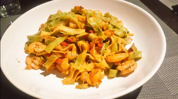 Pasta con verduras y gambas, receta fácil
